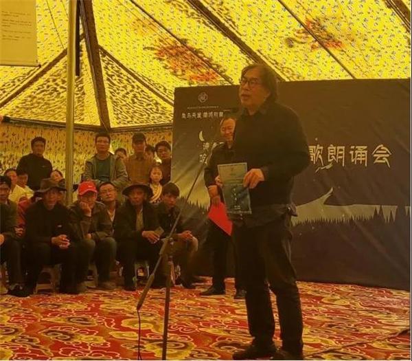 著名诗人西川在诗会上朗诵.jpg