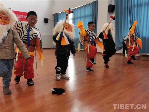 四川理塘县:幼儿园里学藏戏、扬传统4.jpg