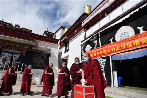 科学应对 共克时艰 西藏寺庙僧人为疫区祈福捐款2.jpg