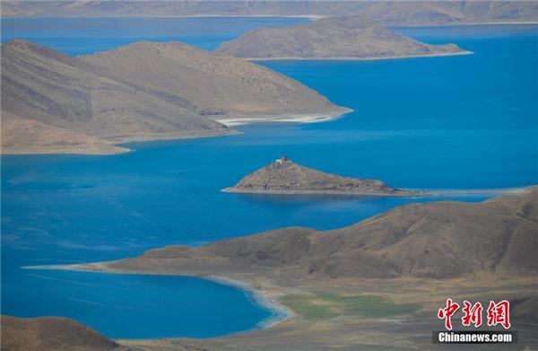 """""""五一""""将至 西藏羊卓雍措吸引游客观光3.jpg"""
