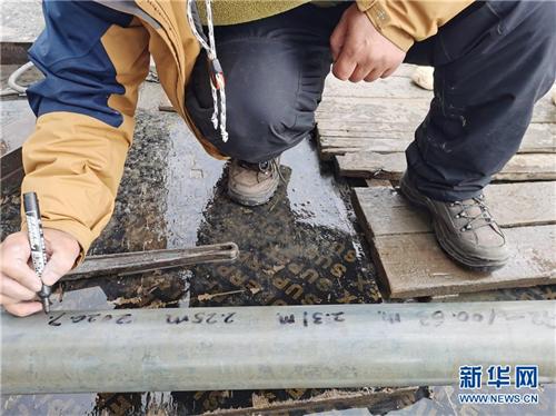 我国首次在西藏高原成功钻取百米湖芯2.jpg