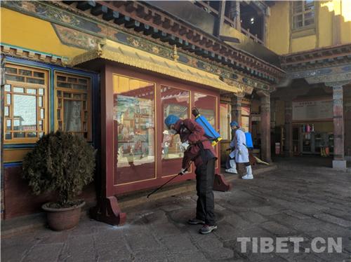 科学应对 共克时艰 西藏寺庙僧人为疫区祈福捐款7.jpg