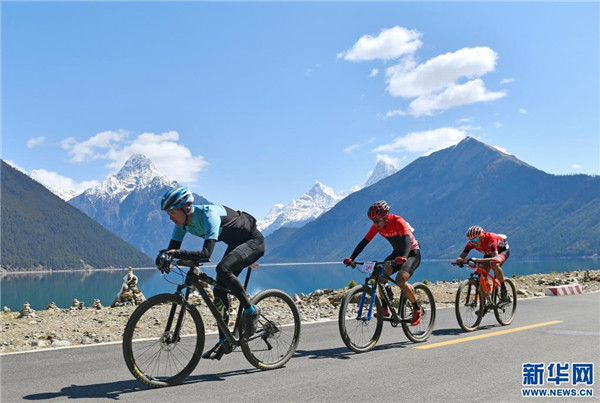 中国海拔最高环湖自行车赛在西藏巴松措开赛1.jpg