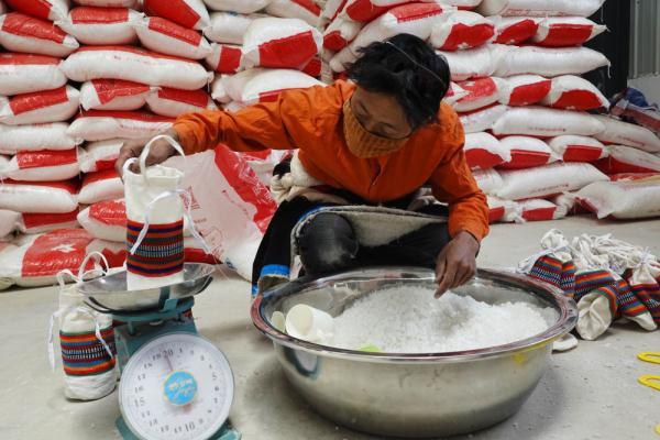 西藏革吉:高原盐湖采盐忙2.jpg