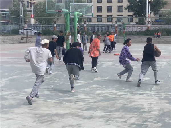 奔跑在高原篮球场上的藏族女孩1.jpg