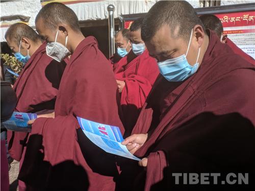 科学应对 共克时艰 西藏寺庙僧人为疫区祈福捐款6.jpg
