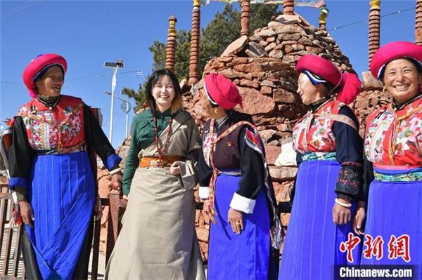 藏族姑娘爱上短视频 中英双语传播藏文化5.jpg