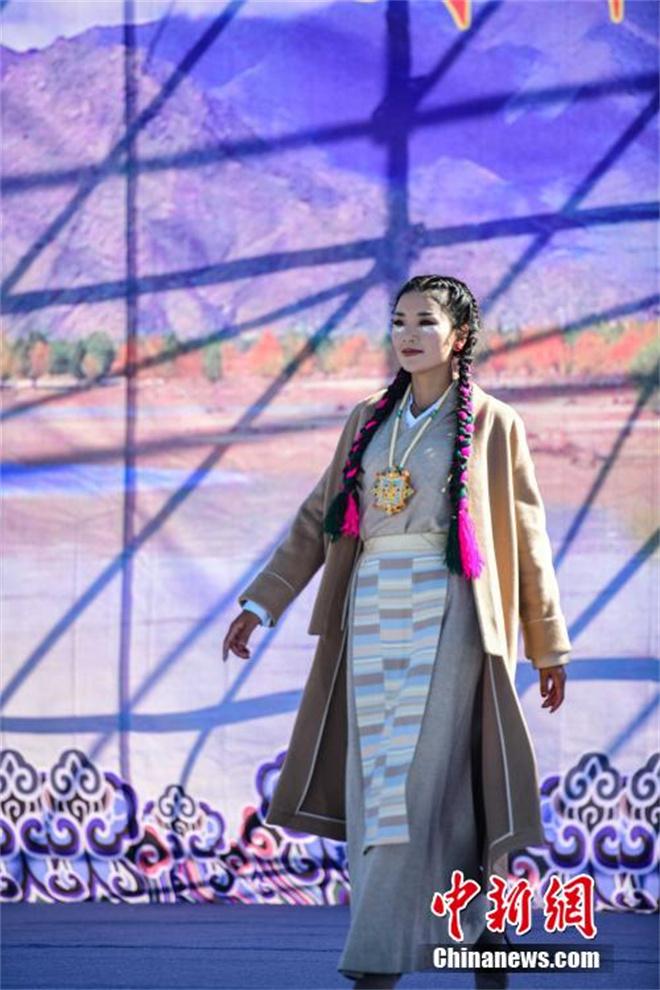 """西藏山南""""雅鲁藏布""""千年纺织非遗""""秀""""现代舞台5.jpg"""