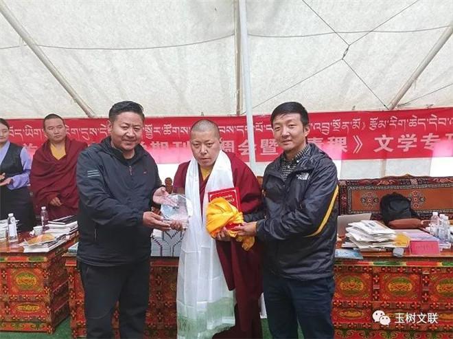 玉树州首届藏文文学期刊协调会暨《青稞》文学专刊发行式成功举行4.jpg