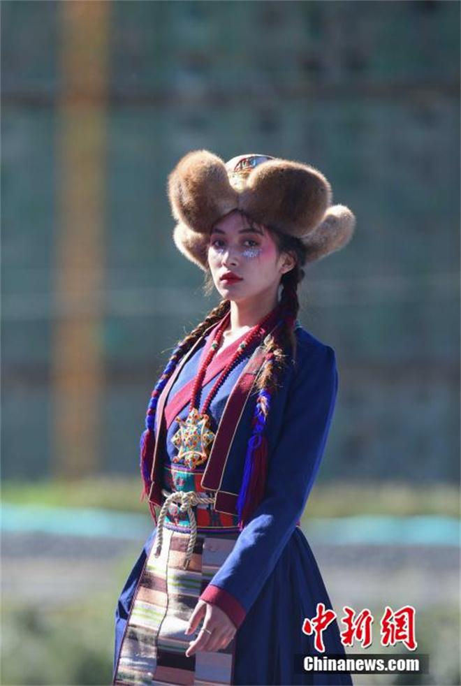 """西藏山南""""雅鲁藏布""""千年纺织非遗""""秀""""现代舞台6.jpg"""