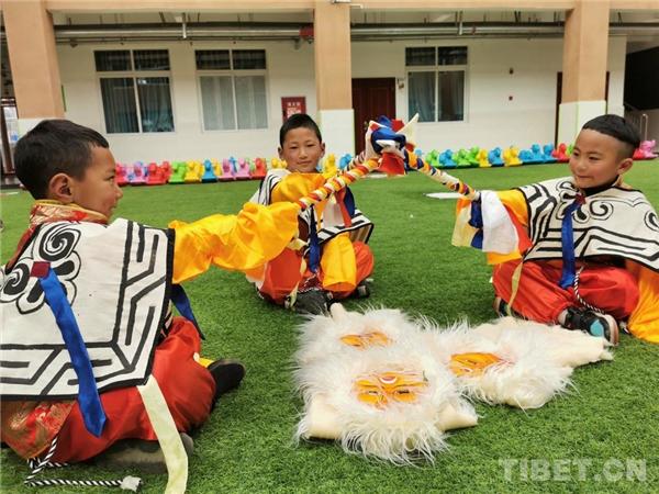 四川理塘县:幼儿园里学藏戏、扬传统3.jpg