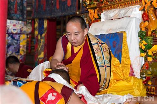 十一世班禅在家乡礼佛传经 勉励僧众向善向上5.jpg
