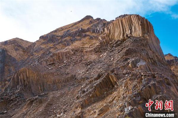 青海发现距今2.2亿年火山岩柱状节理群5.jpg